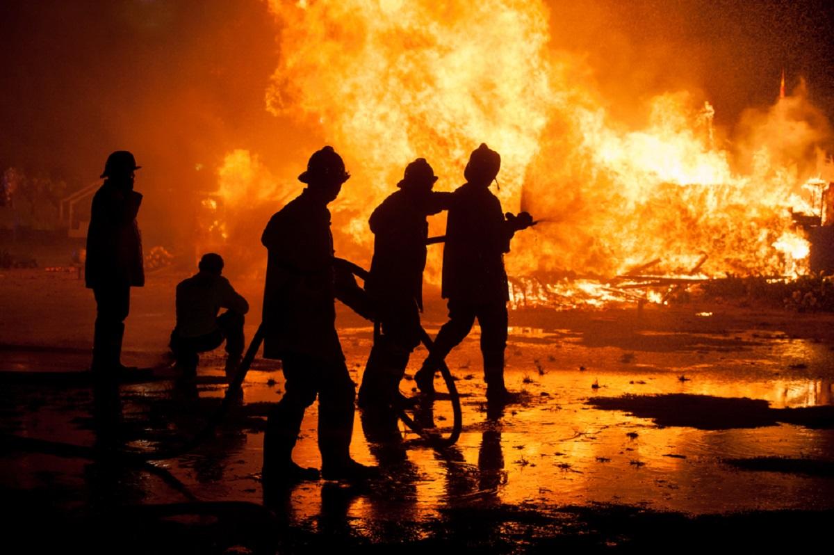 Incendiu de proporții la un service auto din cartierul Berceni. Mai multe echipaje de pompieri intervin