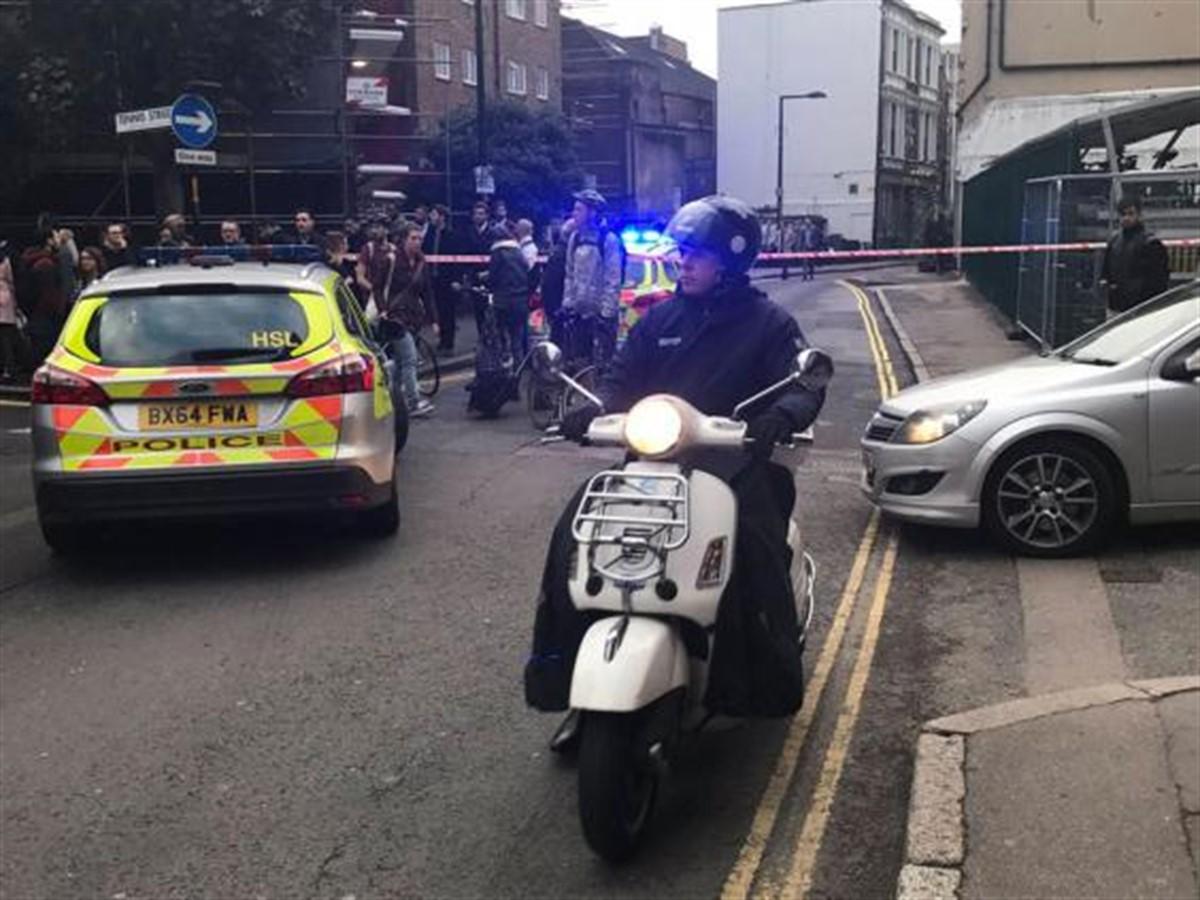 Autoritățile din capitala Regatului Unit al Marii Britanii au intrat în alertă. O zonă de lângă Podul Londrei a fost evacuată.