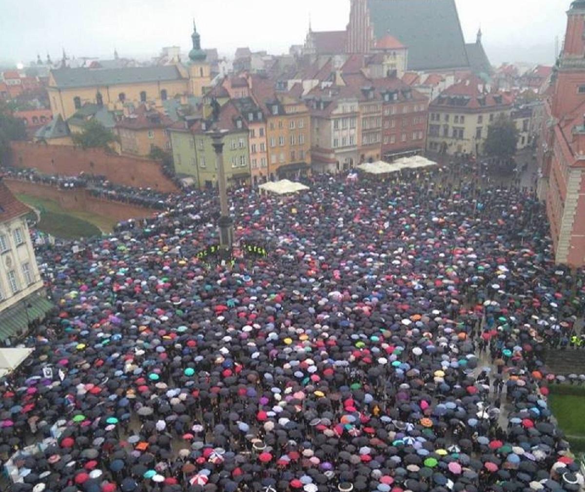 Protest de amploare în Polonia față de interzicerea avortului. Toate femeile s-au îmbrăcat în negru