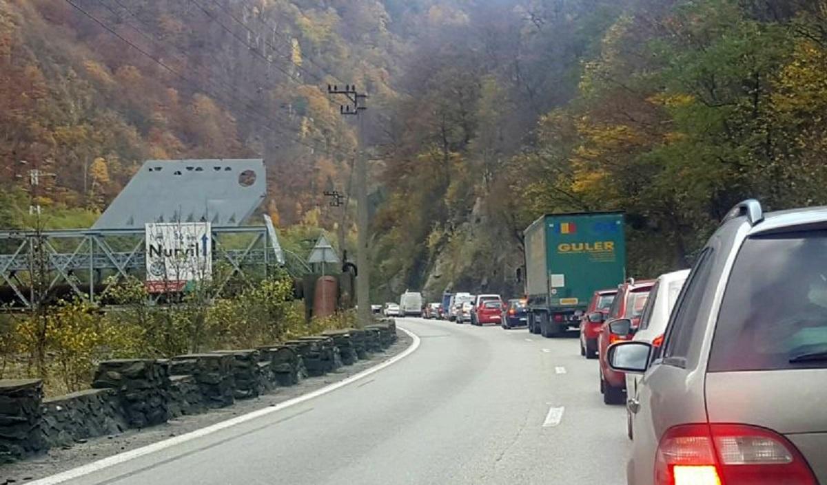 Accident grav pe Valea Oltului. Șoferul unui autoturism a pierdut controlul volanului și s-a izbit frontal într-un TIR. două persoane sunt în stare gravă
