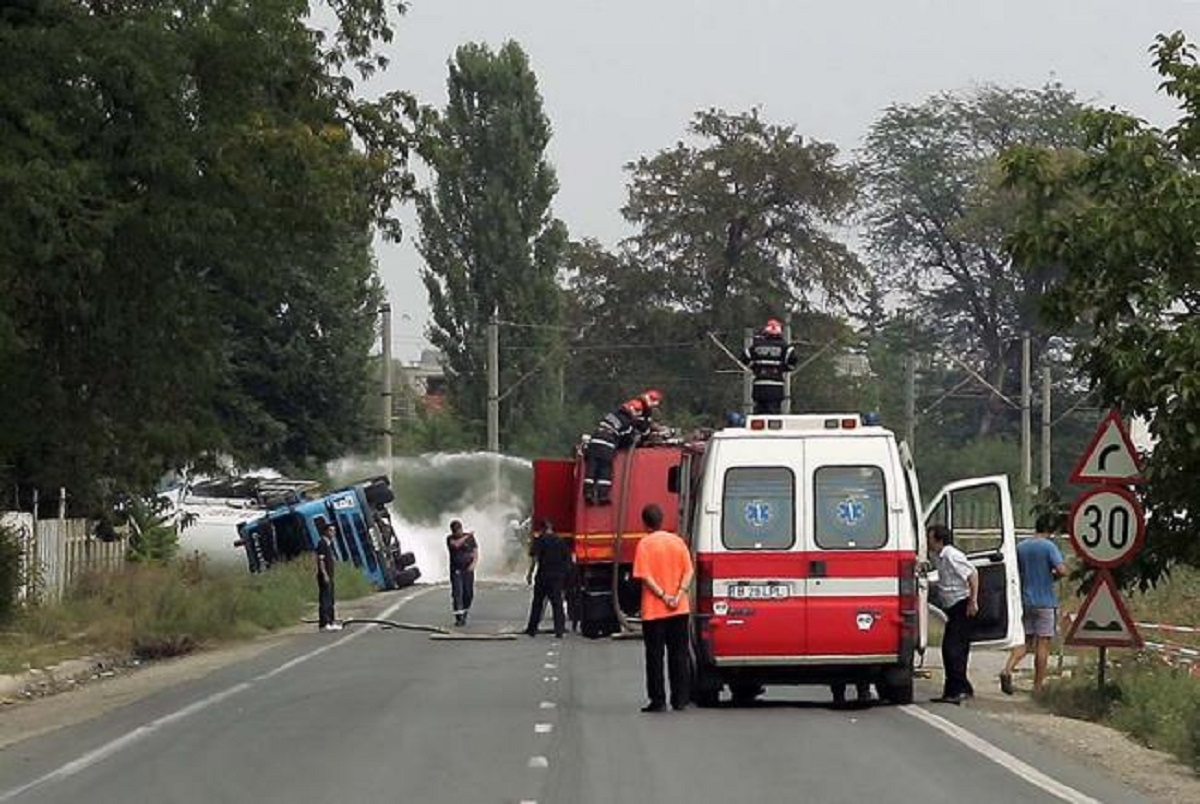 Accident în Caraș - Severin, miercuri după-amiază. O cisternă s-a răsturnat pe DN 6, în județul Caraș-Severin, între localitatățile Teregova şi Domaşnea.