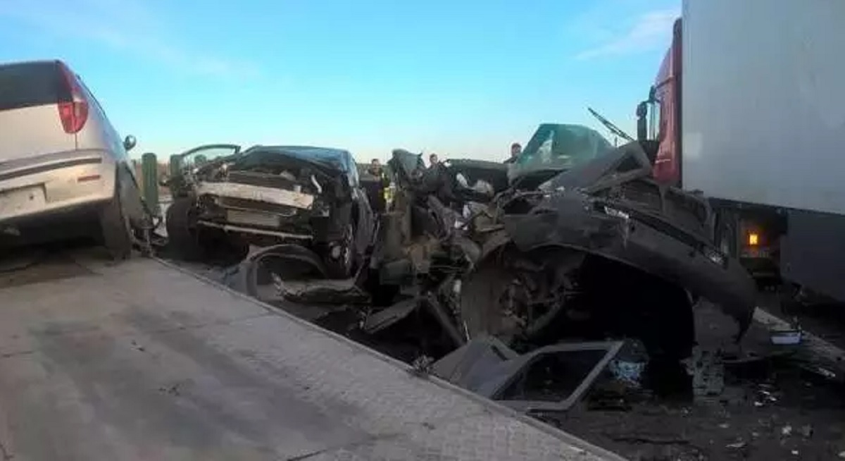 Accident autostrada Timișoara-Lugoj: Trei mașini au căzut de pe o platformă