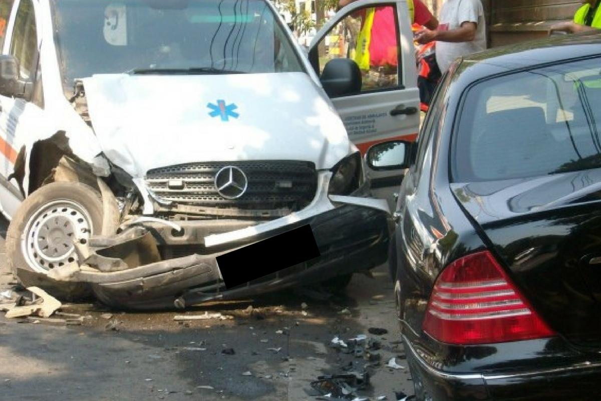 Accident în Bârlad, miercuri după-amiază. Două persoane au fost rănite, după ce o ambulanță a fost lovită în plin de o mașină.