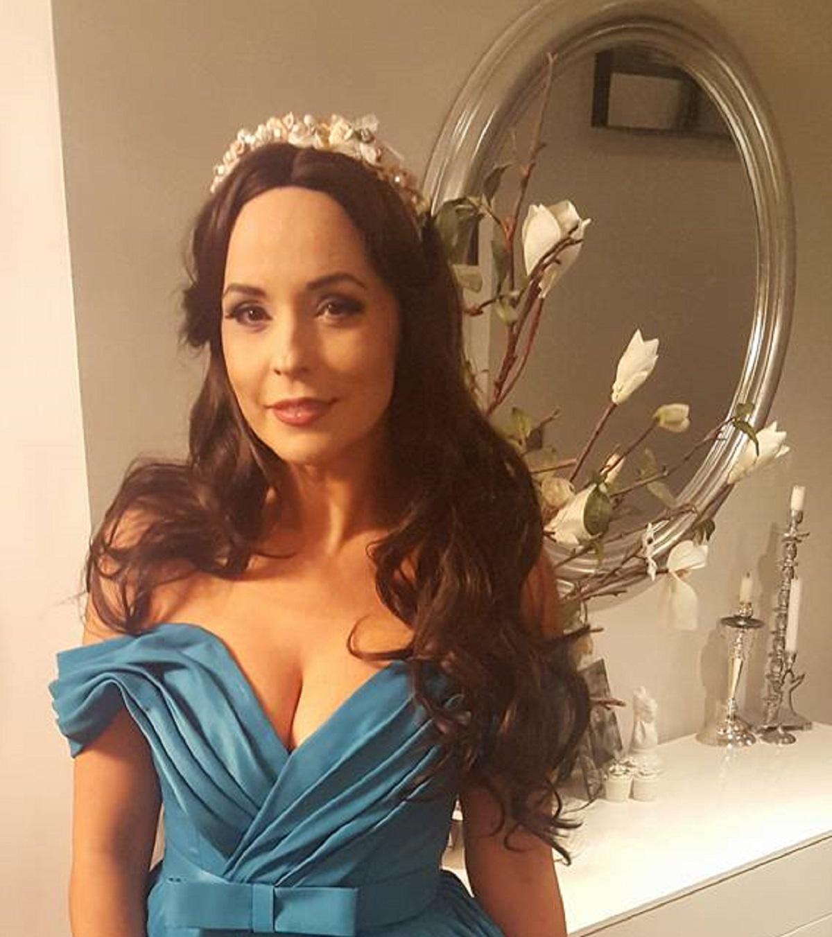 """Andreea Marin a participat aseară la un eveniment monden și a atras privirile tuturor cu apariția sa. """"Zâna"""" a purtat o rochie albastră și extrem de sexy."""