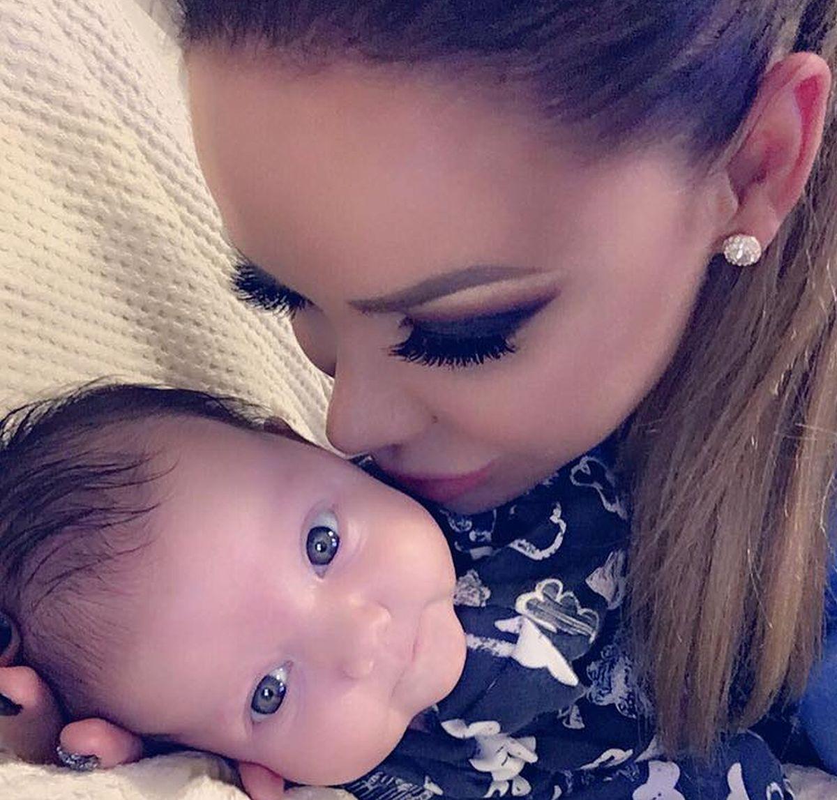 Bianca Drăgușanu traversează o perioadă în care se declară mai fericită ca niciodată. Iubita lui Victor Slav a sărbătorit-o pe micuța Sofia, care a împlinit ieri două luni.