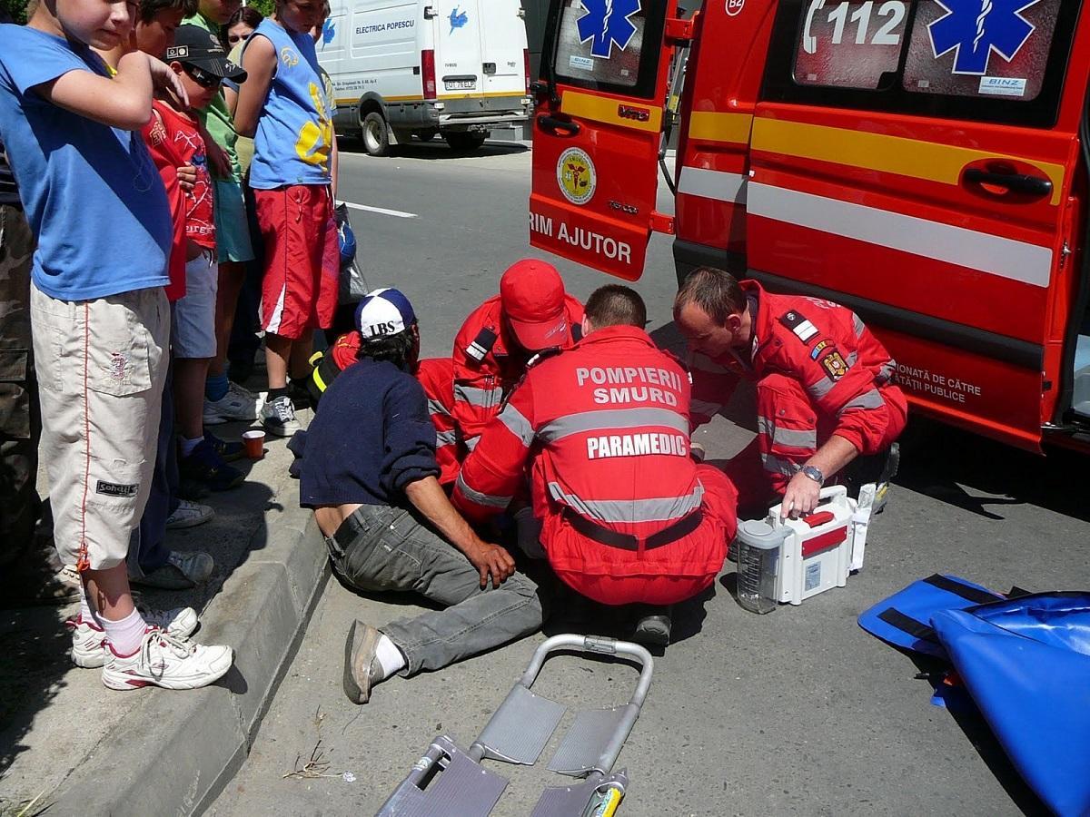 O femeie se află în stare gravă după ce a căzut de la etajul șase al unui bloc în construcție, aflat în zona Centrul Vechi din București.