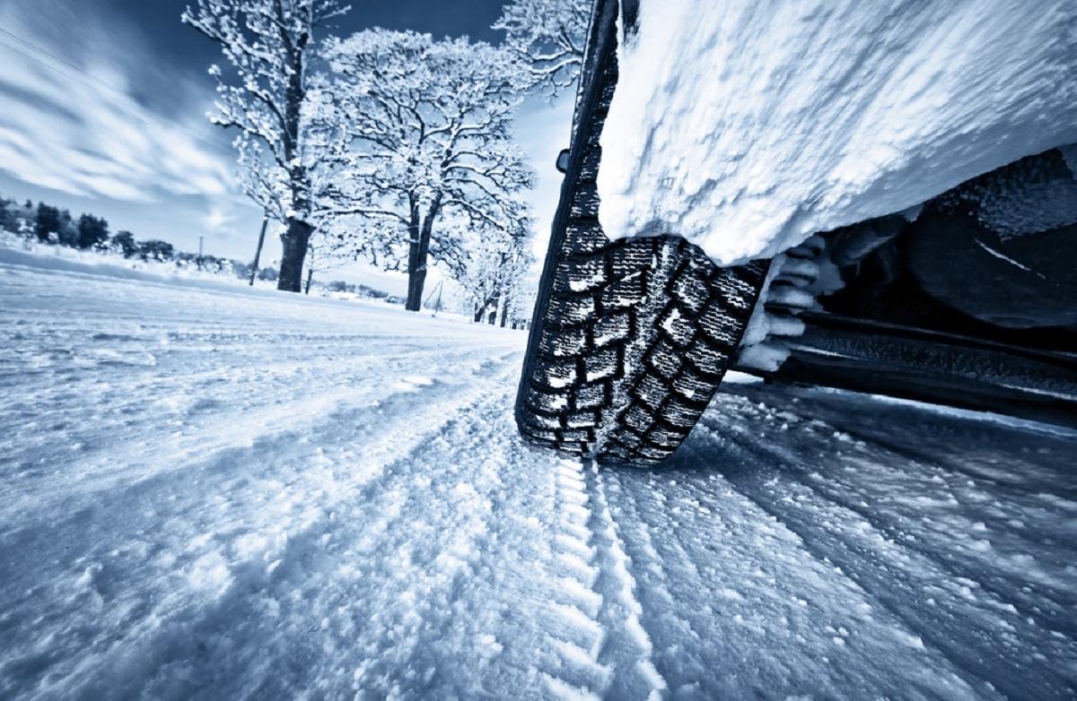 Trafic blocat din cauza zăpezii și a copacilor doborâți de vânt