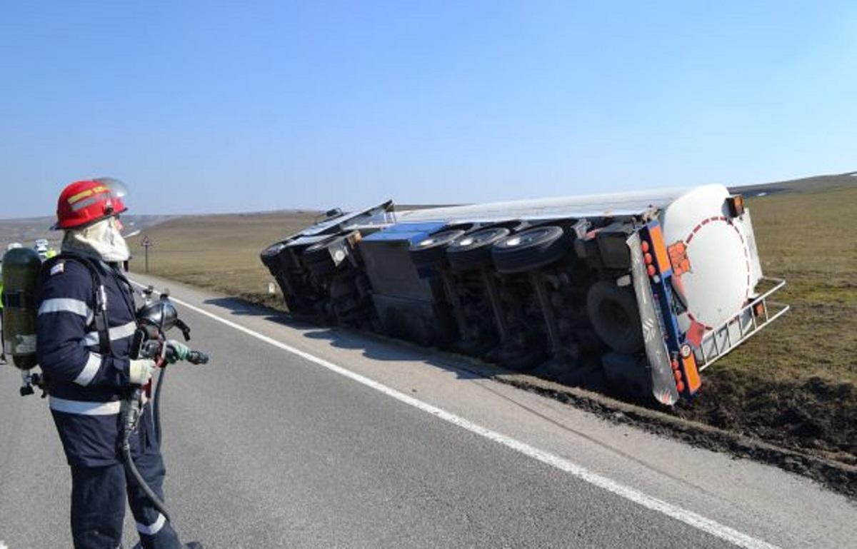 Accident grav în Vaslui. O cisternă cu 13 tone de gaz petrol lichefiat s-a răsturnat