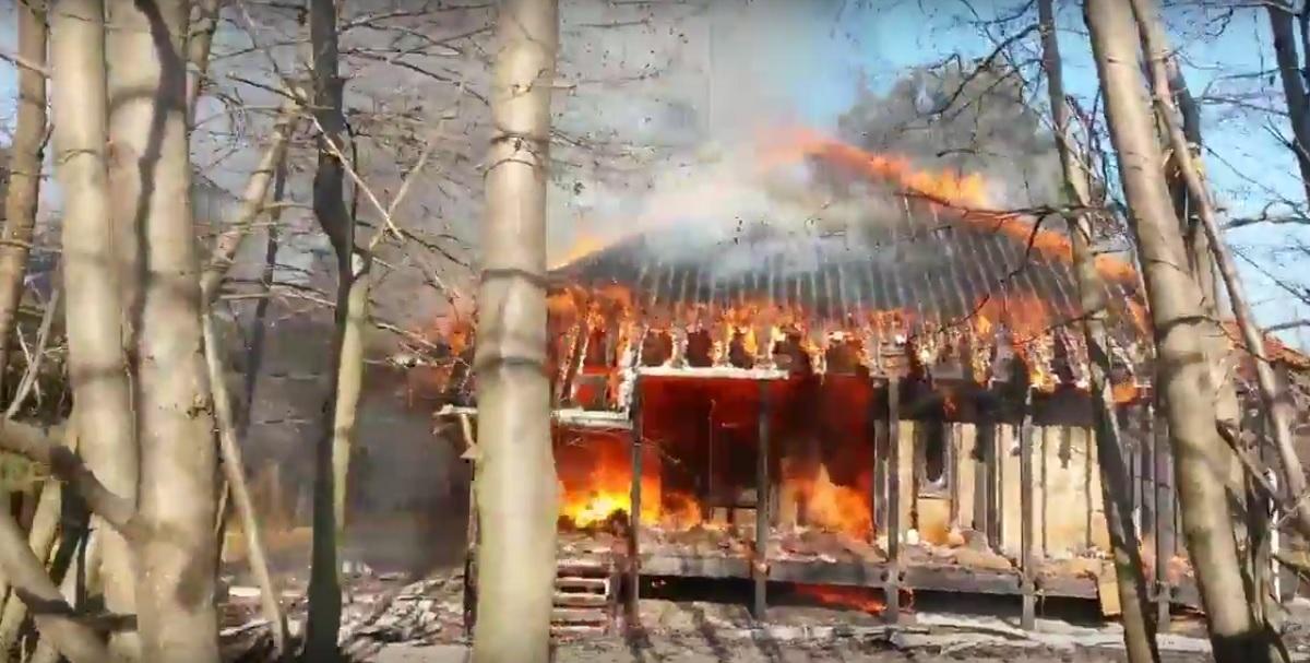 Incendiu la Casa parohială Șinca Veche. Clădirea a fost complet distrusă. Un incendiu puternic a izbucnit sâmbătă, pe 26 noiembrie, la casa parohială Şinca Veche, din judeţul Braşov.