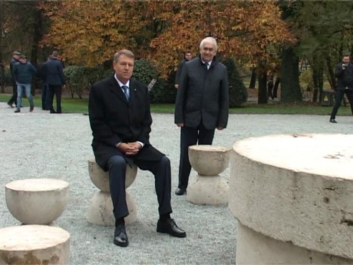 """Klausi Iohannis a explicat de ce s-a așezat pe unul dintre scaunele de la """"Masa tăcerii"""""""