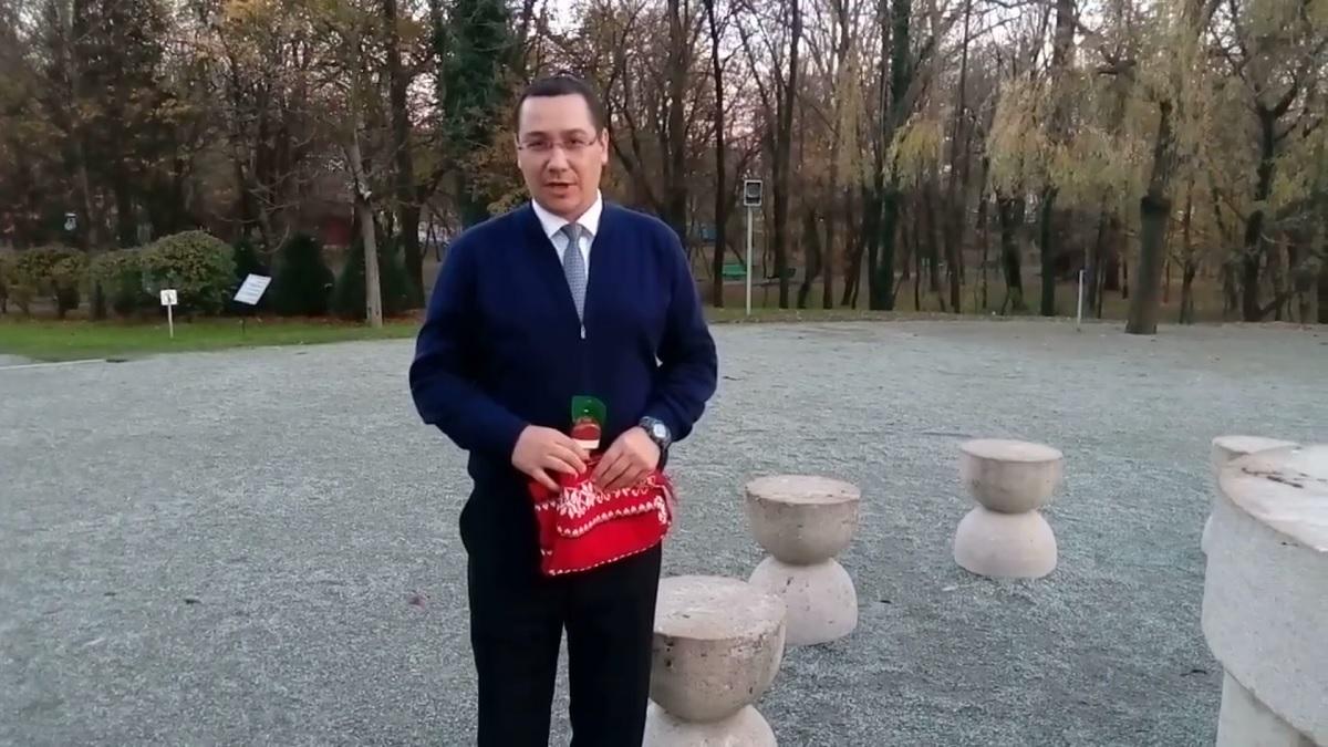 Victor Ponta a postat un mesaj pe video, filmat la Masa Tăcerii, în care îl critică pe președintele Klaus Iohannis.