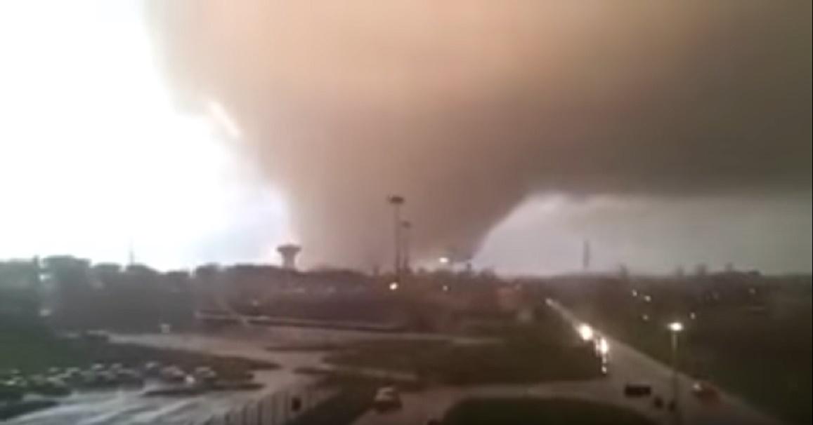 Cel puțin trei persoane au murit, ca urmare a două tornade produse în Italia, în regiunea capitalei Roma. Alte zeci de persoane au fost rănite.