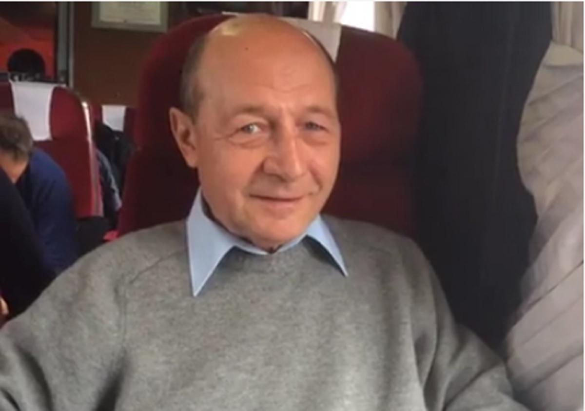 Traian Băsescu a mers cu trenul la Brașov. Ce spune fostul președinte despre transportul feroviar