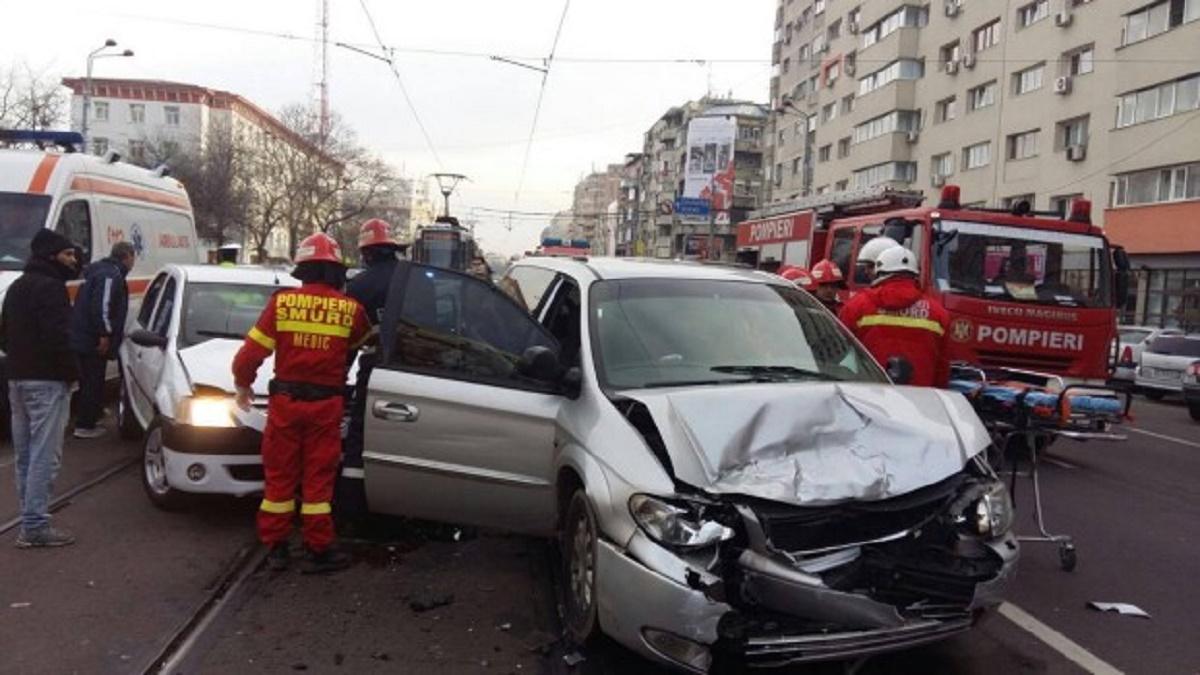 Accident grav în Capitală. Două persoane au fost rănite într-un accident rutier care a implicat 3 autoturisme. Circulația tramvaielor a fost afectată