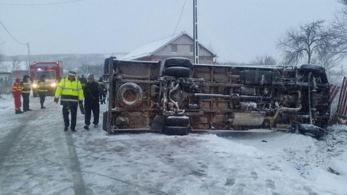Un microbuz ce transporta 15 elevi s-a răsturnat pe raza satului Racoviţa din comuna Voineasa. Accidentul s-a produs în jurul orei 7:30 dimineața.