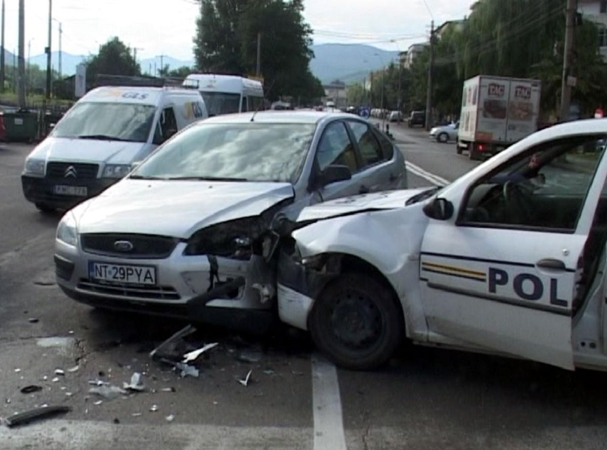 Accident în Sibiu. O autospecială de poliție a fost lovită acroșată violent de un șofer ce conducea fără permis și în stare de ebrietate