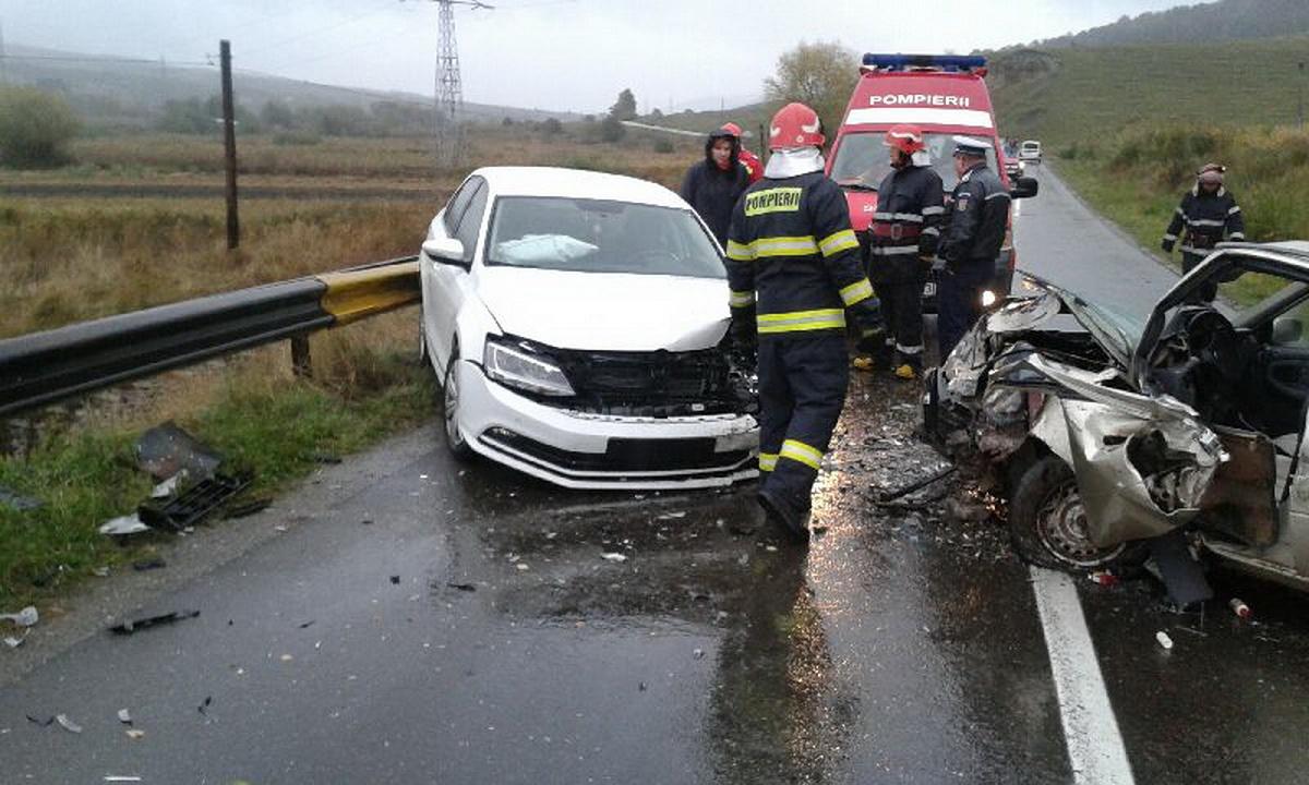 Accident în Sibiu. Traficul rutier pe tronsonul Sighișoara-Sibiu al drumului DN14 a fost întrerupt după ce două autoturisme s-au ciocnit grav.