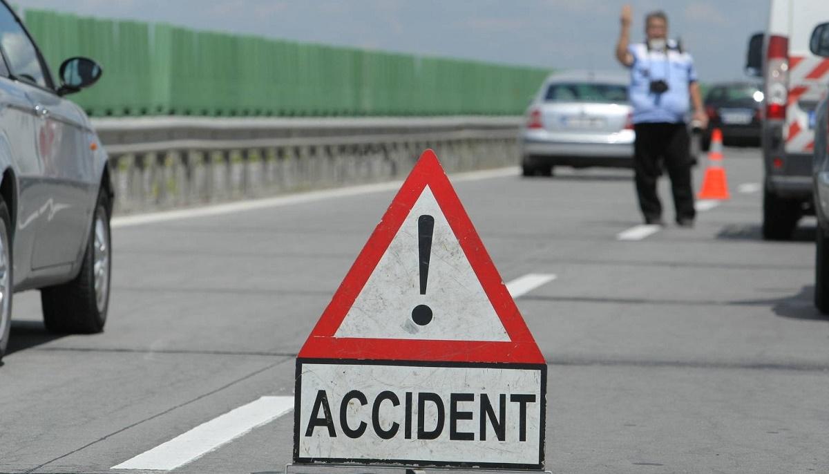 Accident pe DN 58 Reșița - Caransebeș. Traficul rutier este blocat după ce un camion s-a ciocnit cu un autoturism.