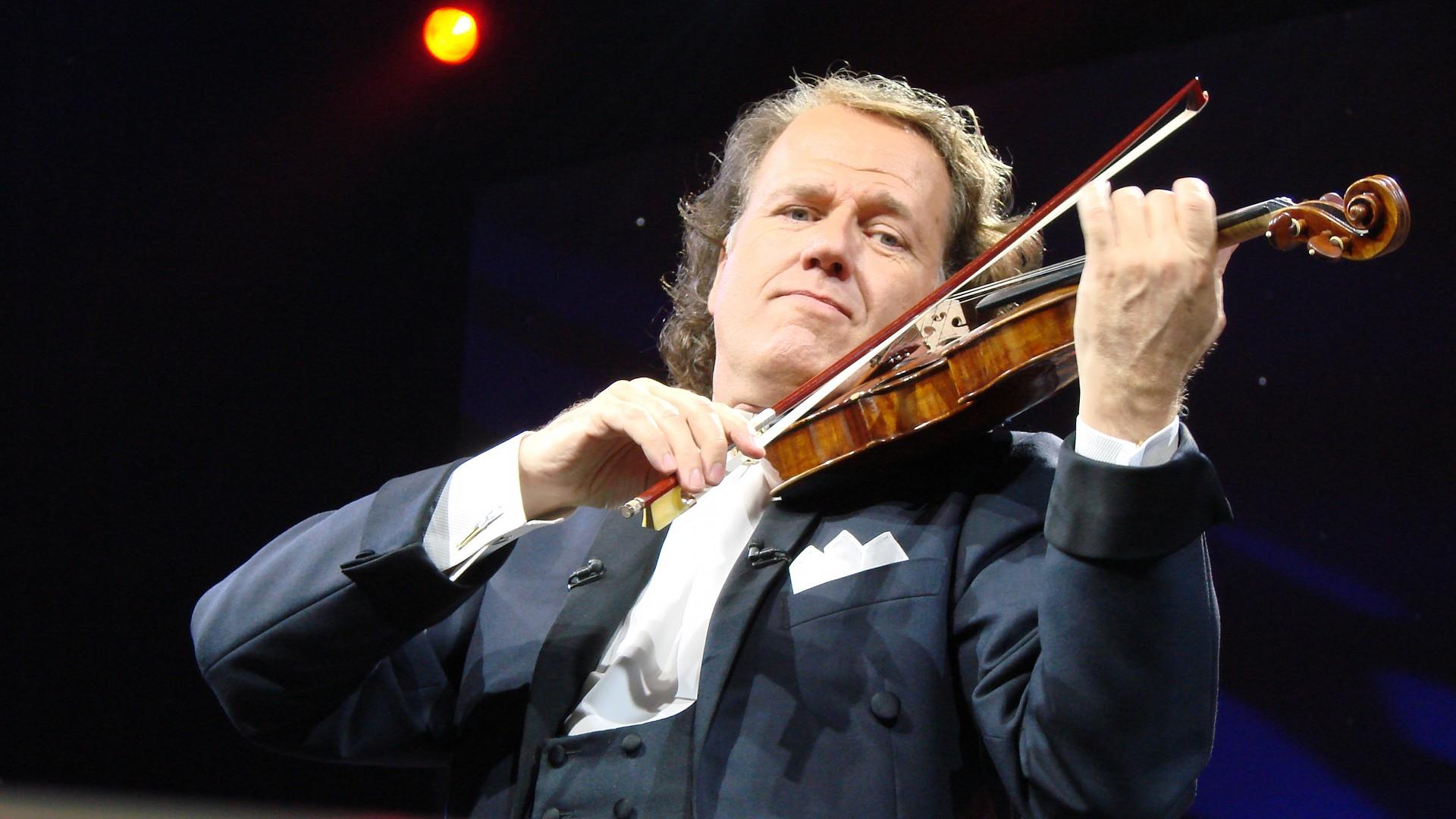 Andre Rieu și-a anulat toate concertele din Marea Britanie. El a luat această decizie după ce un membru al orchestrei a suferit un infarct.