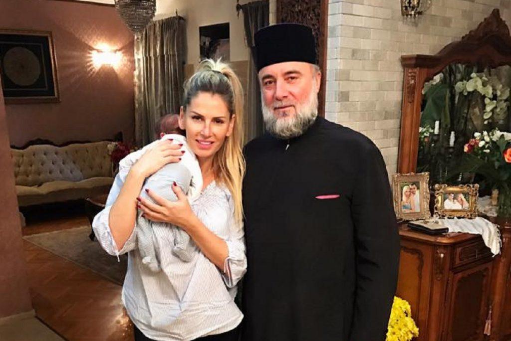 Andreea Bănică a chemat preotul la ea acasă
