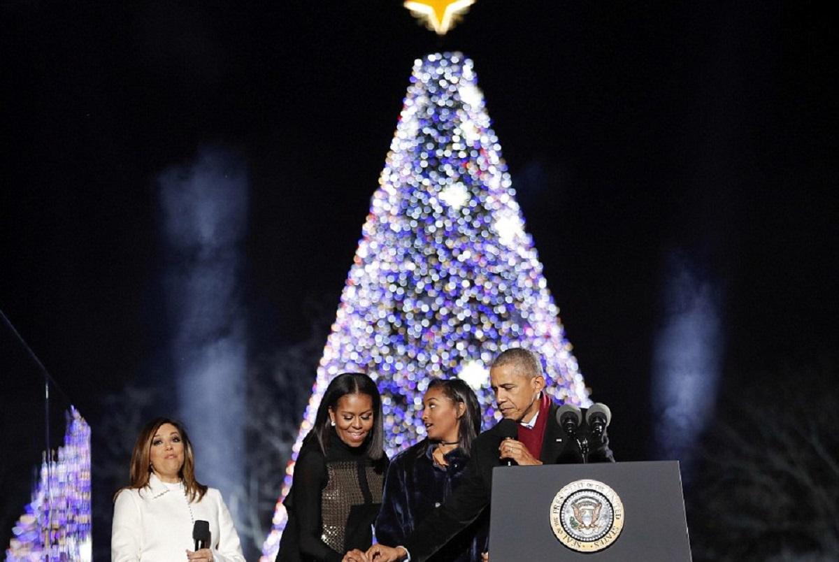 Barack Obama, împreună cu soția și una dintre fiicele sale, a aprins luminile în bradul de Crăciun de la Casa Albă pentru ultima dată.