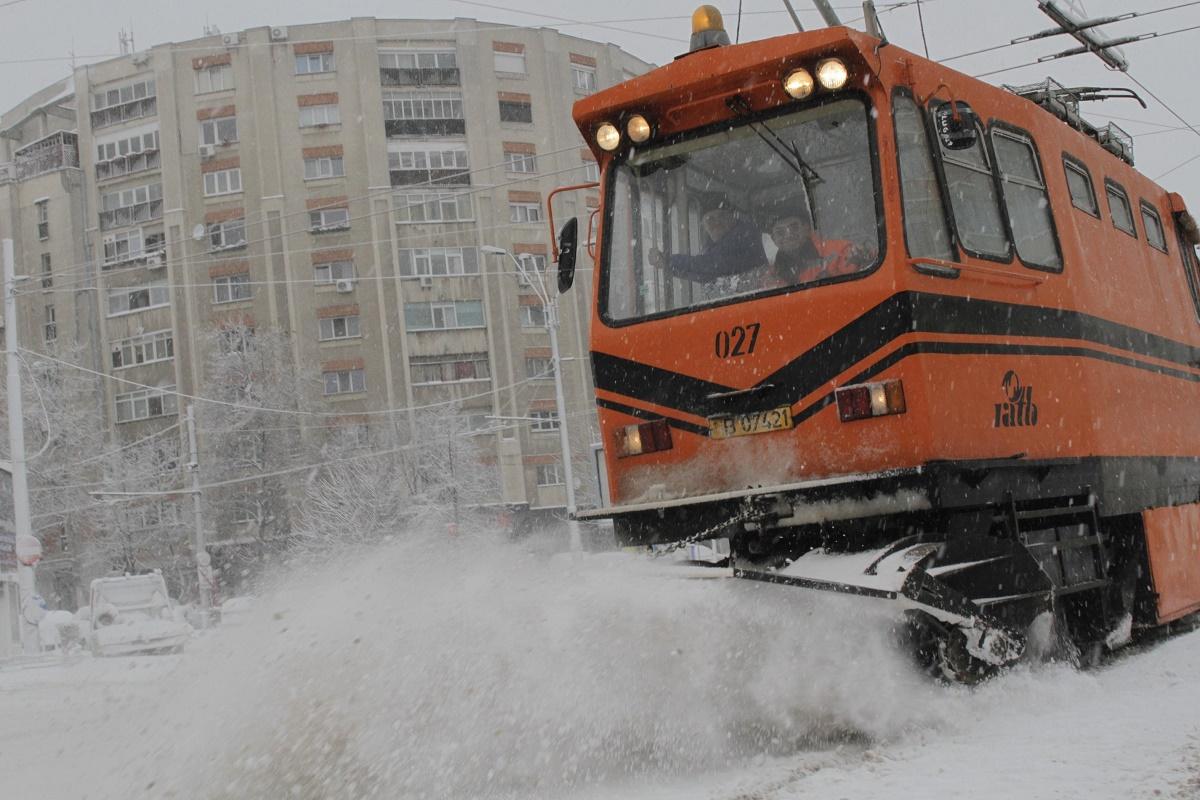 Comandament de iarnă la Primăria Generală. Sunt anunţate precipitaţii şi vânt puternic în zona Capitalei, iar marţi dimineaţă este aşteptat să ningă