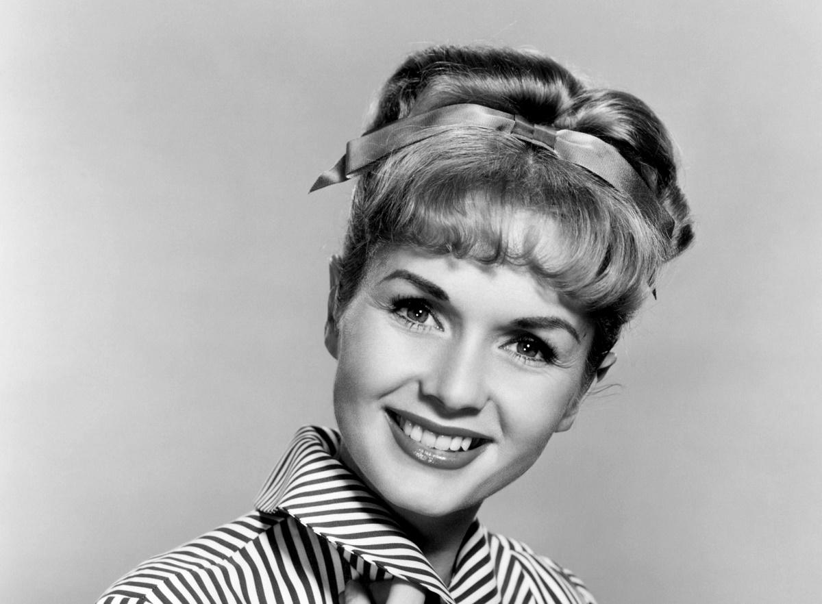 Debbie Reynolds a murit! La numai o zi de la moartea lui ficei sale, Carrie Fisher, Debbie Reynolds s-a stins și ea din viață.