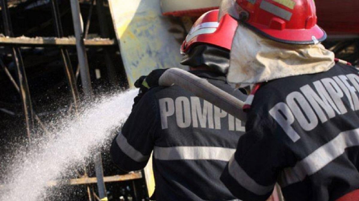 Incendiu în Constanța la un garaj plin cu utilaje și motorină. Pompierii intervin cu mai multe echipaje pentru stingerea flăcărilor.