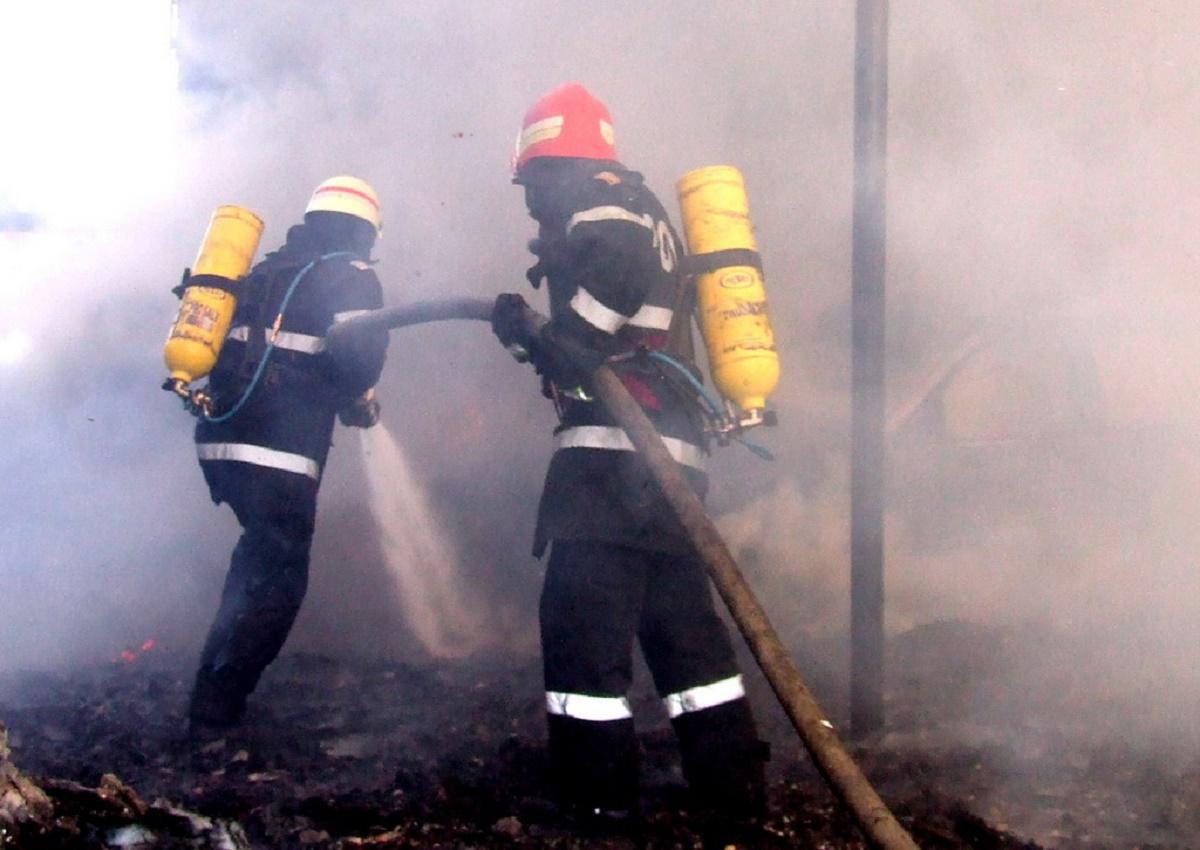 Incendiu în Ploiești. Trei persoane au fos transportate de urgență la Spitalul Județean de Urgență din oraș.
