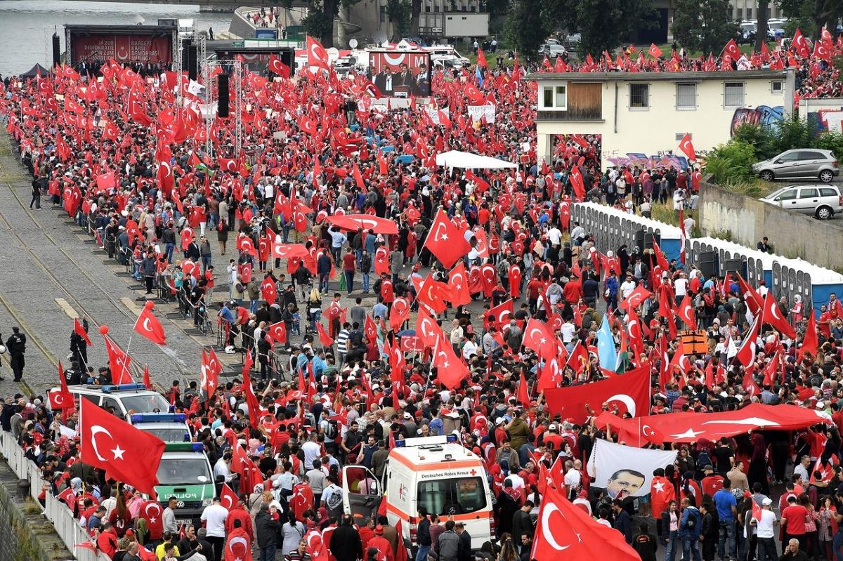 Marș antiterorism la Istanbul. Sute de turci au ieșit în stradă ca răspuns la atentatele de ieri seară de la stadionul celor de la Beșiktaș.