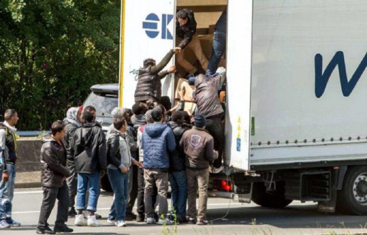 Mi mulți migranți irakieni au fost descoperiți de polițiștii de frontieră din Giurgiu. Aceștia erau ascunși într-un camion.