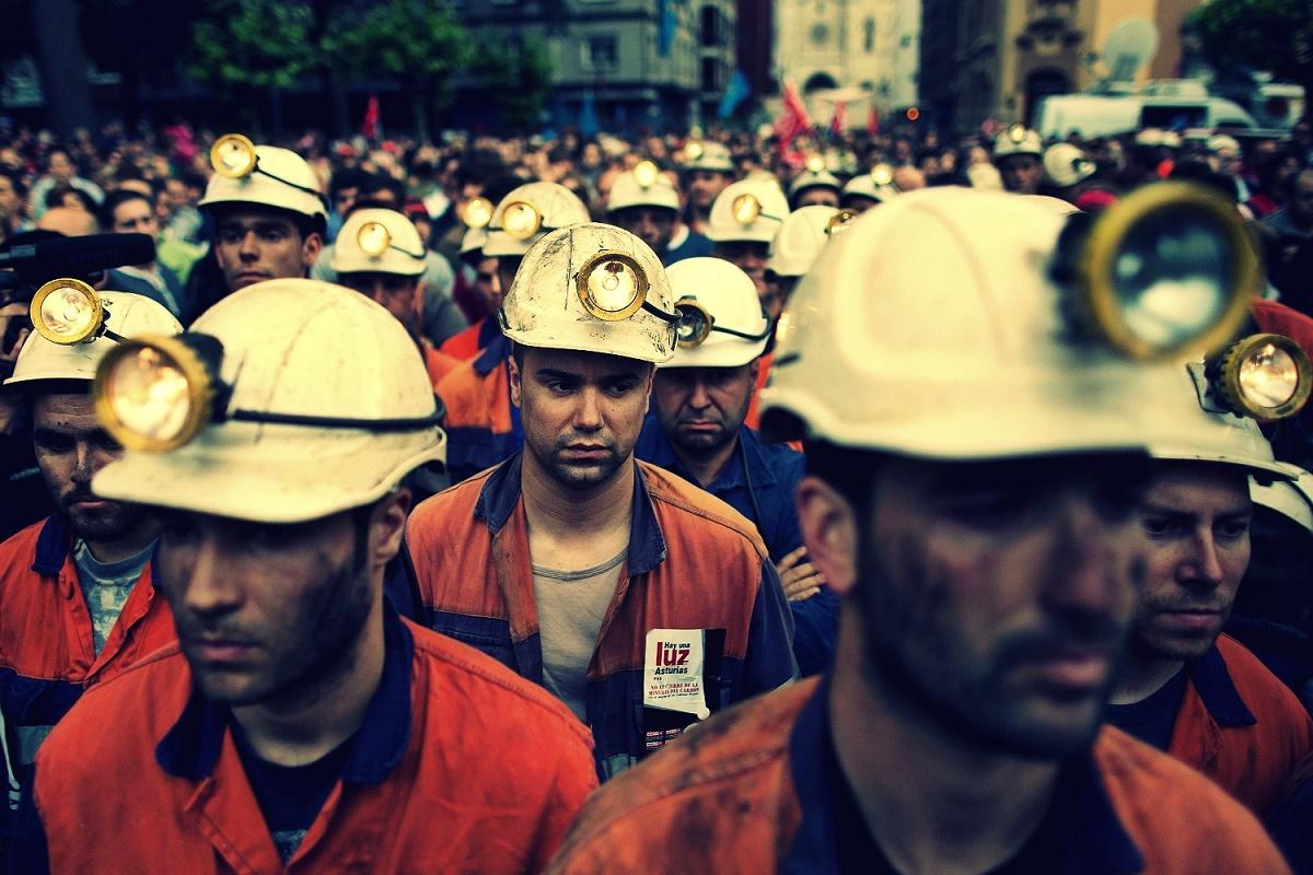 Mineri în protest. Ortacii ce aparțin de minele Vulcan și Lonea refuză să intre în subteran din cauza nemulțumirilor salariale.