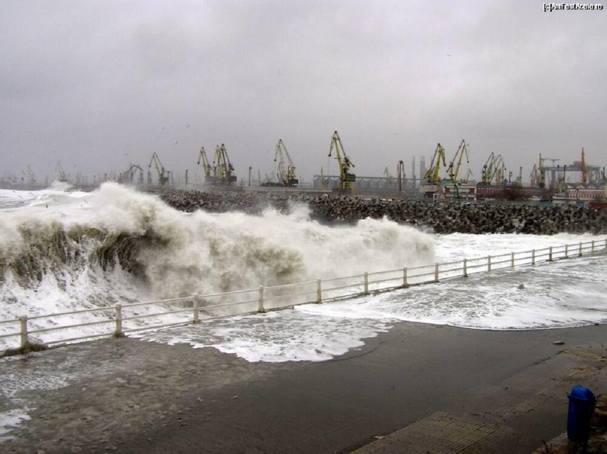 Portul Constanța se închide din cauza vântului puternic. Autoritățile portuare au decis sistarea manevrelor navelor din Portul Constanța.