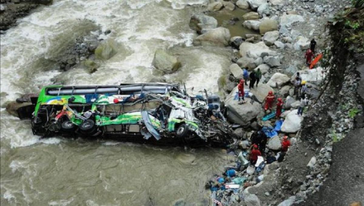 Tragedie în Peru. 12 polițiști și-au pierdut viața, după ce autobuzul în care se aflau a căzut într-o prăpastie.