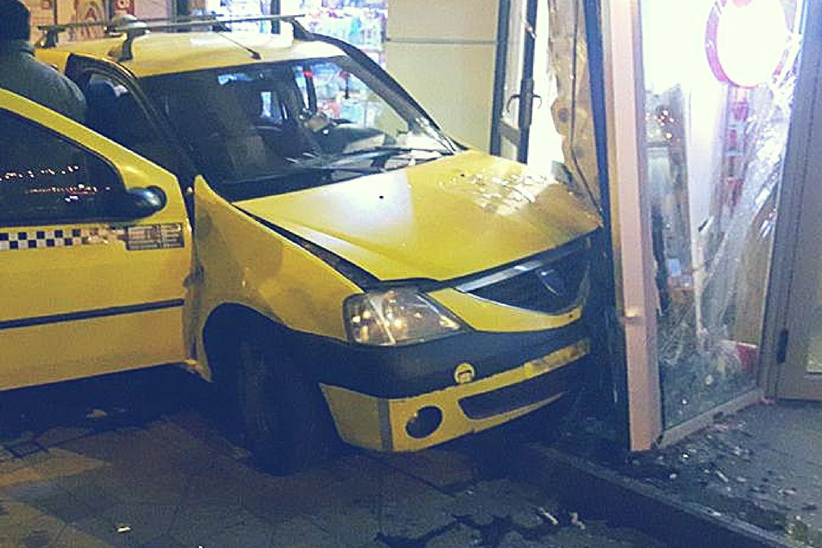 Accident în Sibiu, pe Calea Șurii. Opt oameni au fost răniți, după ce două mașini s-au ciocnit, din cauza condițiilor meteo nefavorabile.