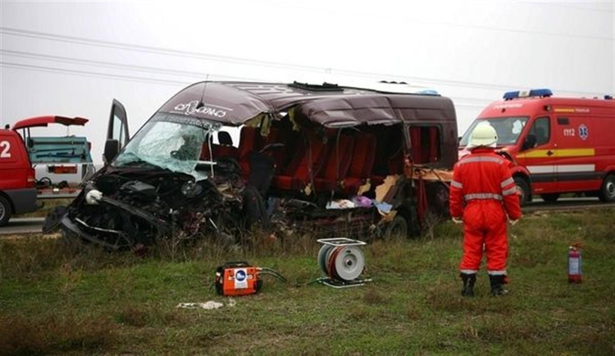Un accident cu două microbuze s-a produs în județul Mehedinți, pe DN 6, între Strehaia și Butoiești. Cel puțin doi oameni au murit.