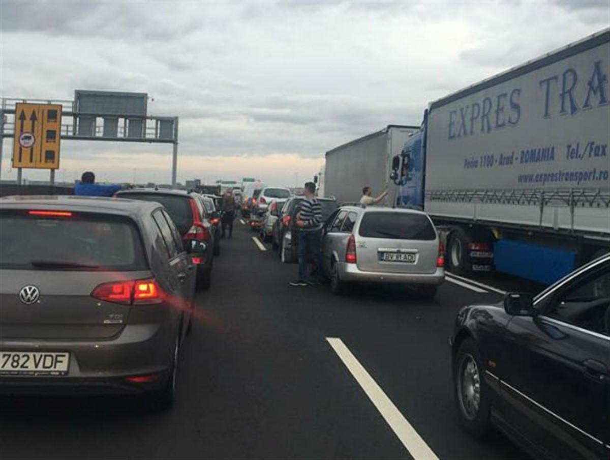 Circulația pe DN 65 Pitești - Slatina se desfășoară cu dificultate. S-au format cozi kilometrice de mașini, iar polițiștii recomandă atenție în trafic.