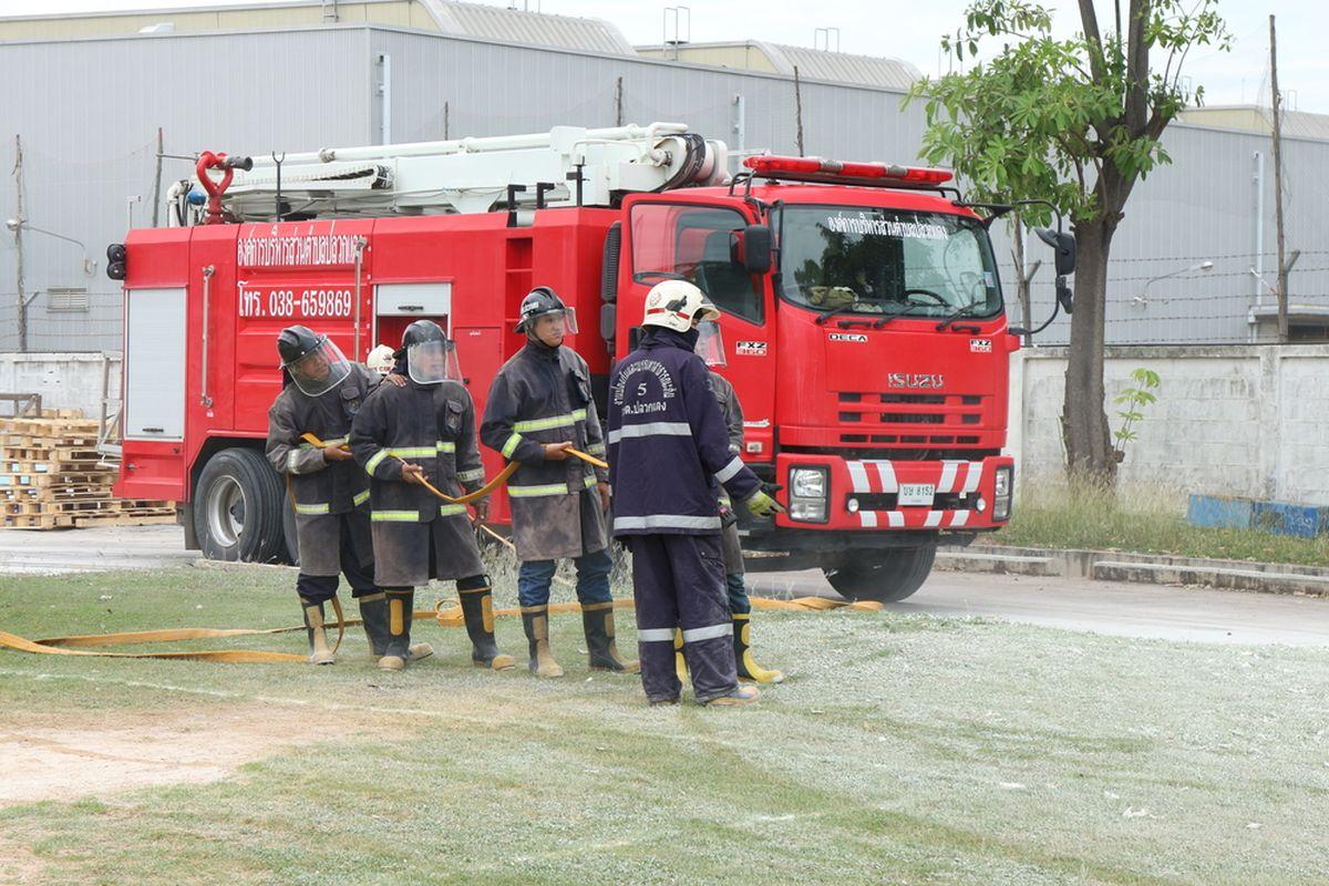 Un incendiu s-a produs, sâmbătă dimineaţă, într-un bloc din Capitală. 90 de persoane au fost evacuate de urgență, din cauza fumului.