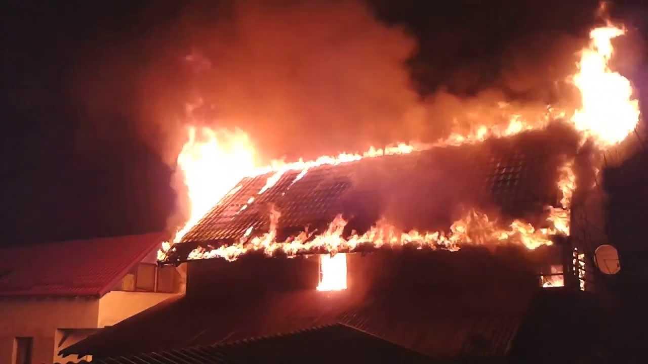 Incendiu în Ploiești, vineri seara! O femeie și o fetiță au suferit arsuri. Pompierii s-au deplasat la fața locului pentru a stinge focul.
