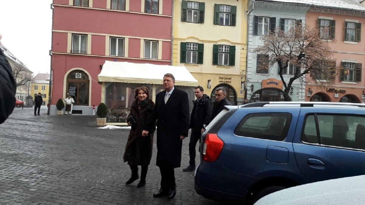 """Președintele Klaus Iohannis a mers cu soția sa la slujba de Crăciun la Biserica romano-catolică """"Sf. Treime"""" din Sibiu."""