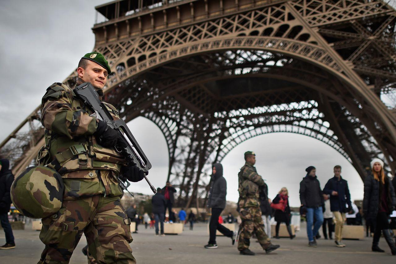 Luare de ostatici în Paris, vineri seara. Un bărbat înarmat a luat mai muți ostatici, într-o agenție de turism din sudul capitalei Franței.