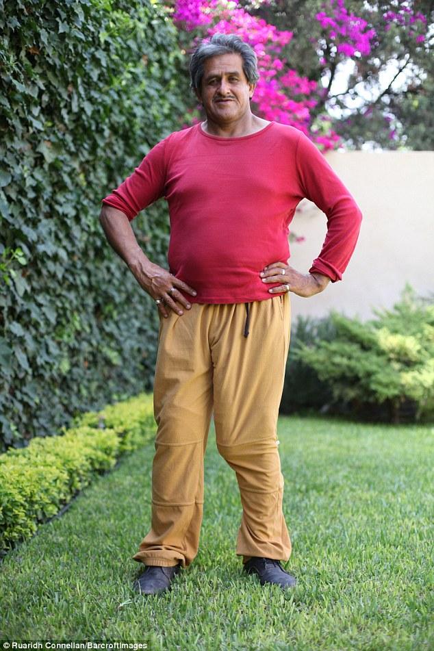 Bărbatul cu bărbația de 48 de centimetrii refuză să se opereze deși nu poate face amor