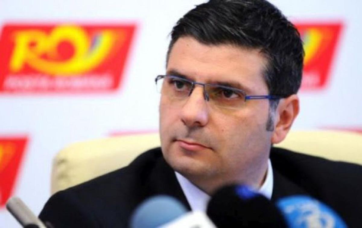 Alexandru Petrescu este licențiat în economie la University of Wales unde s-a specializat în Business Administration.