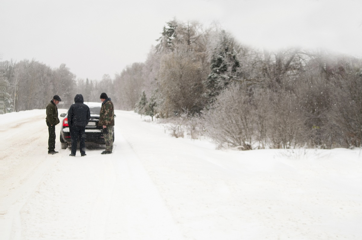 Ghid de supraviețuire pentru situațiile în care rămâi înzăpezit și blocat în mașină pe timp de iarnă. Ce trebuie să faci