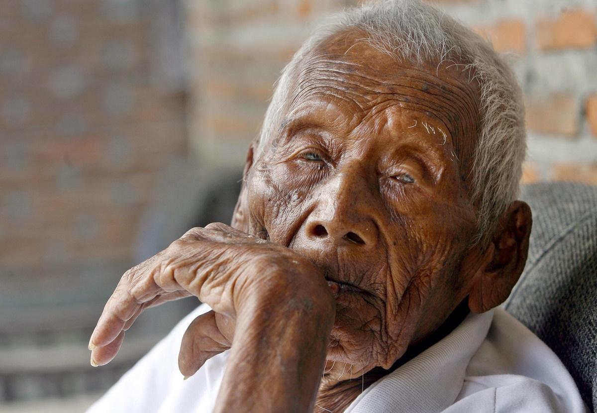 Cel mai bătrân om din lume este, conform celei mai noi și mai inedite povești apărute pe internet, un indonezian în vârstă de 146 de ani.