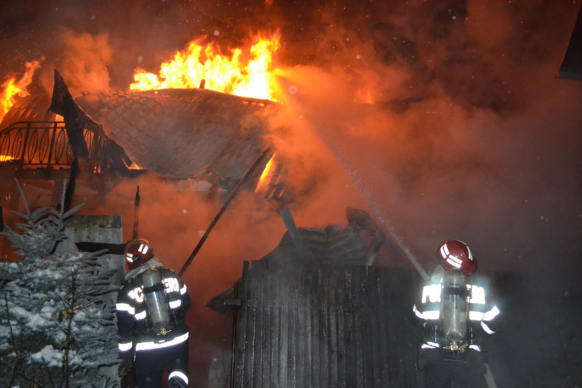 Incendiu în Tulcea, în localitatea Luncavița. Tragedia s-a produs din cauza jarului încins din sobă care a căzut peste materiale inflamabile.