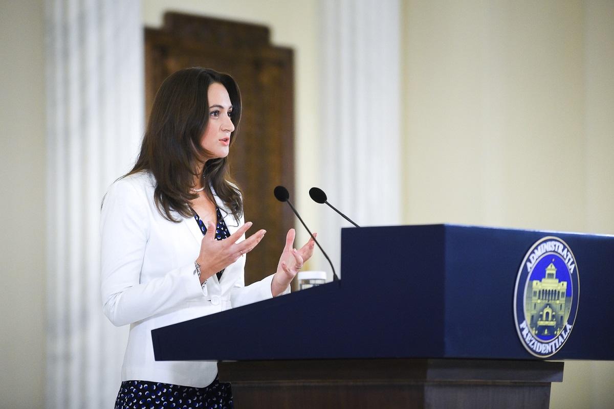 Mădălina Dobrovolschi, purtătorul de cuvânt al Administrației Prezidențiale, susține o declarație de presă la Palatul Cotroceni.