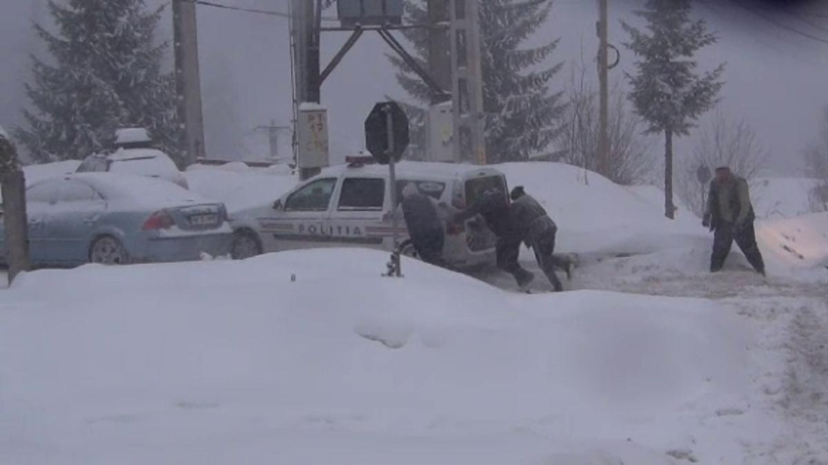În Maramureş multe drumuri au fost blocate şi se circulă în continuare cu dificultate. Prognoza meteo anunţă în continuare ninsori abundente.