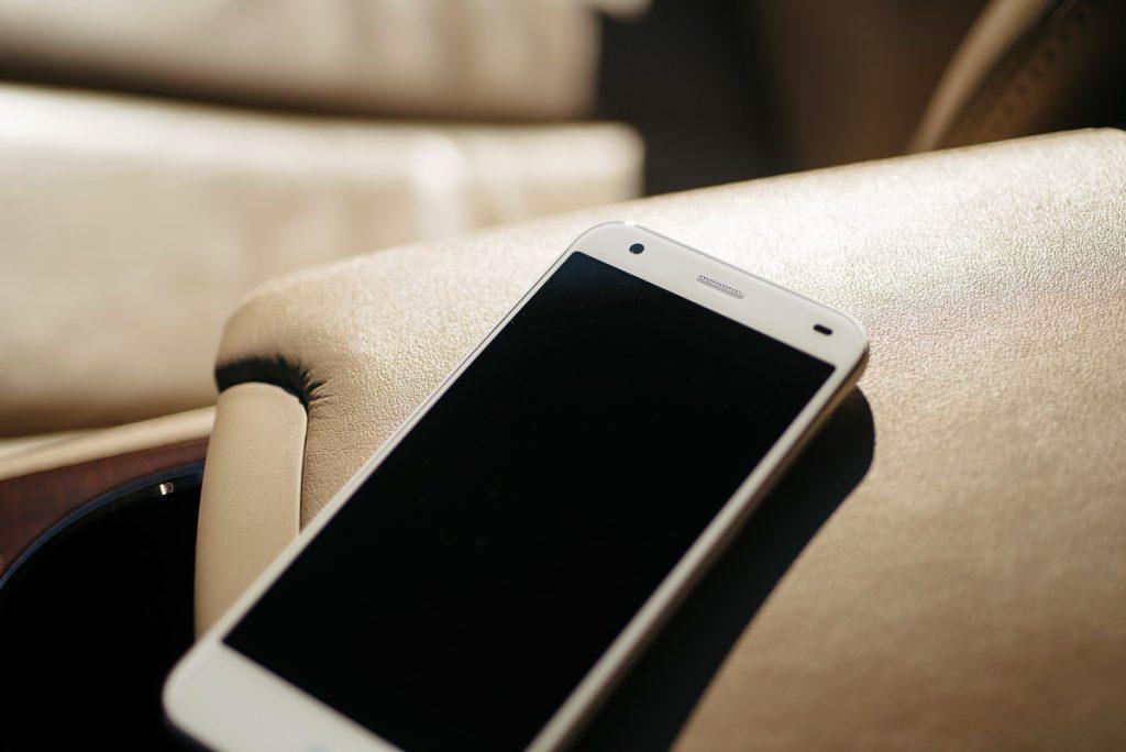 Un hoț și-a uitat telefonul în mașina femeii pe care a jefuit-o. Aceasta i-a sunat mama…