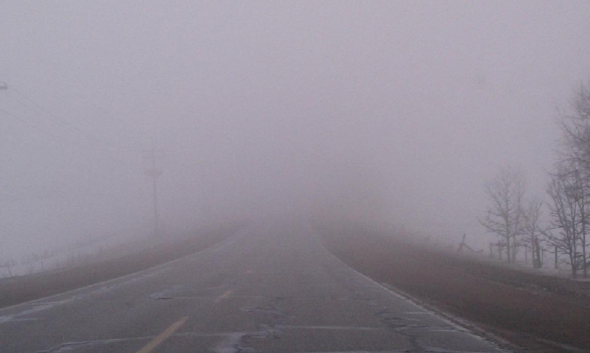 Traficul se desfășoară în condiții de ceață pe mai multe drumuri din județele Covasna și Gorj, unde vizibilitatea este sub 50 de metri.